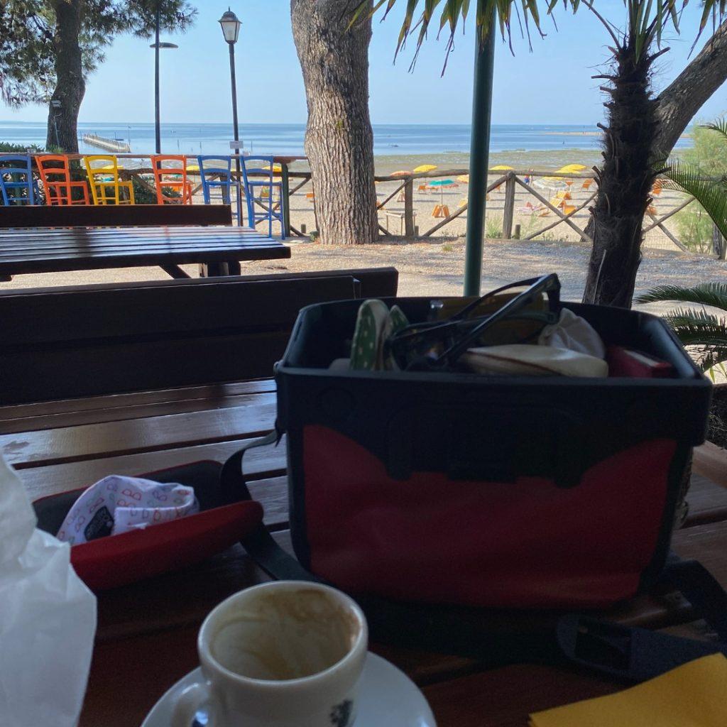 Kaffeetasse und Fahrradtasche mit Meerblick