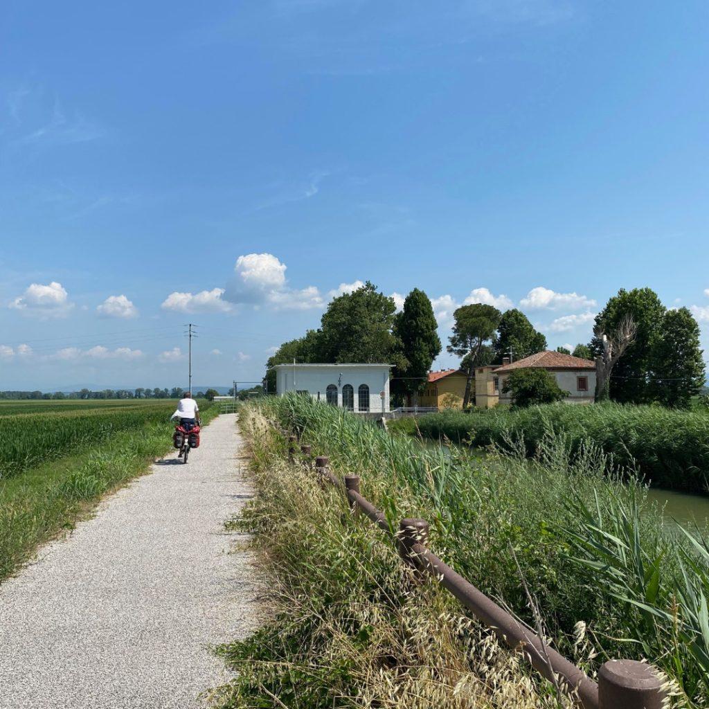 Radfahrer auf Radweg in Italien