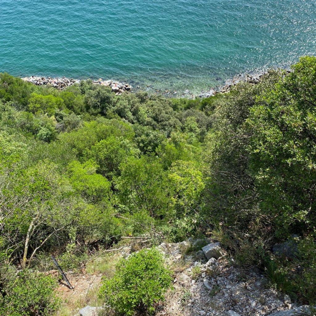 Steilhang am Meer mit Blick aufs Meer