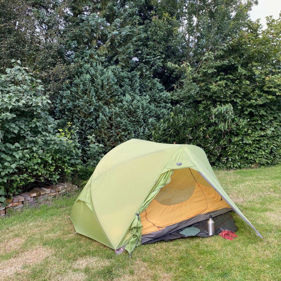 Zelt auf grüner Wiese
