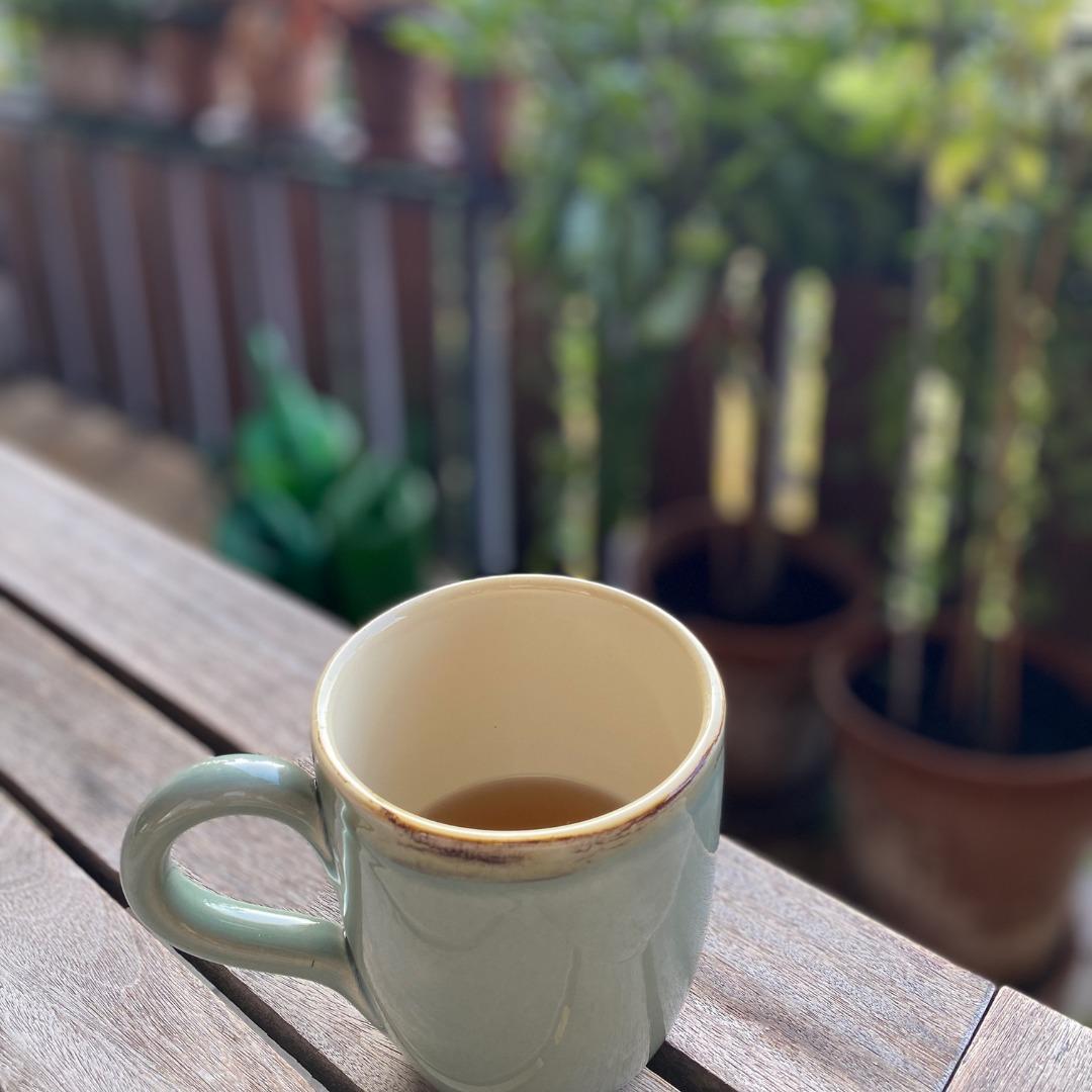 #12von12: Teetasse auf Balkontisch
