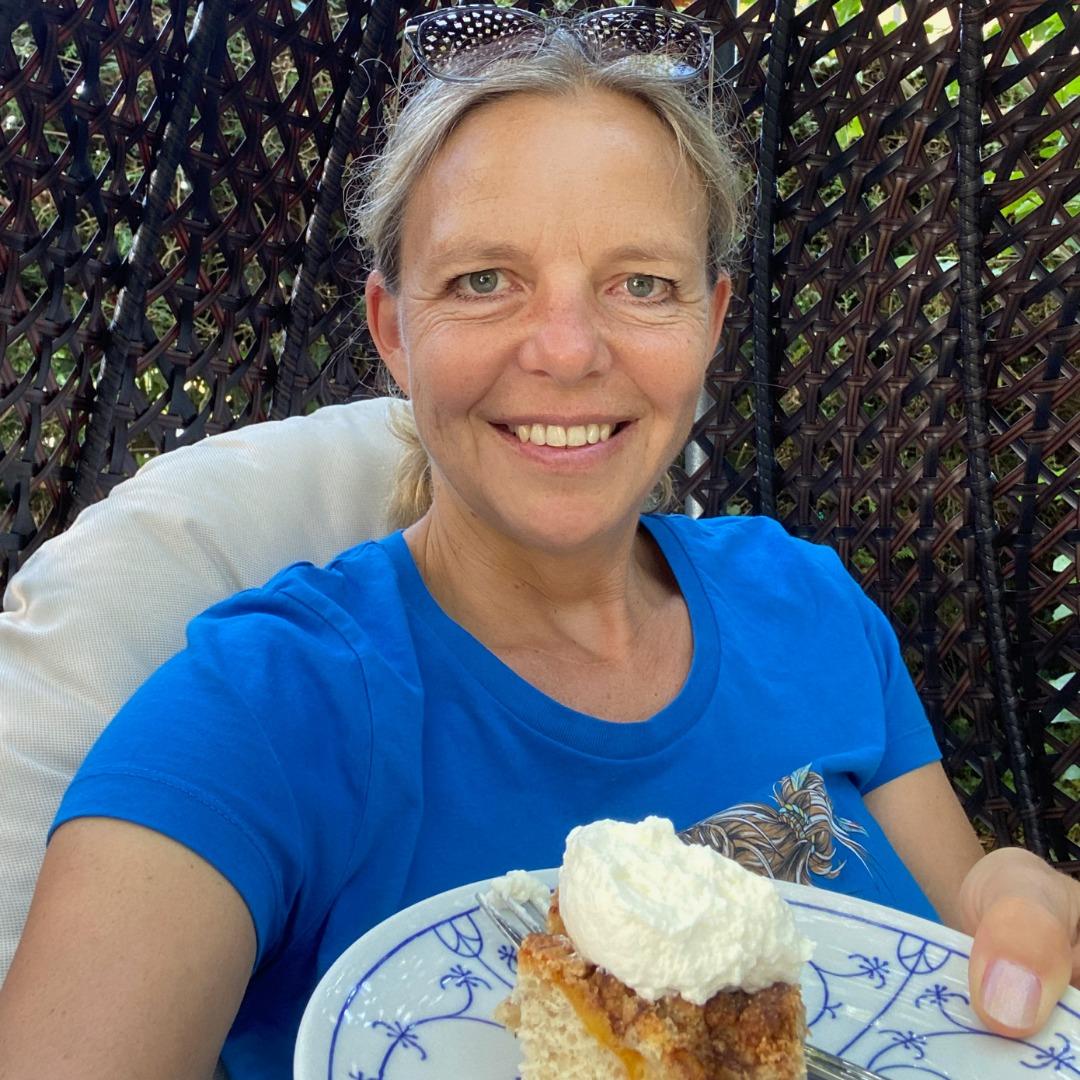Frau mit Kuchen