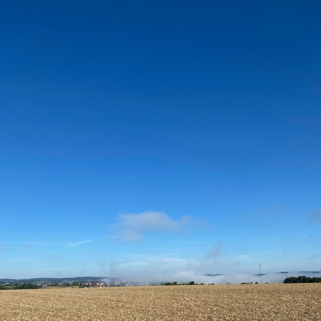 blauer-Himmel-und-Tal-im-Nebel