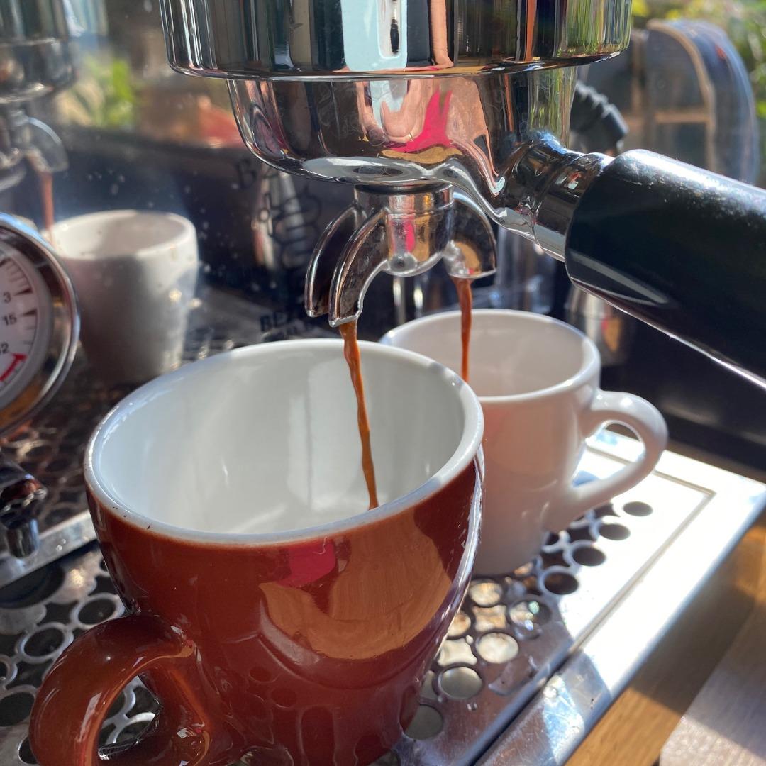 Kaffee läuft aus Maschine in 2 Tassen