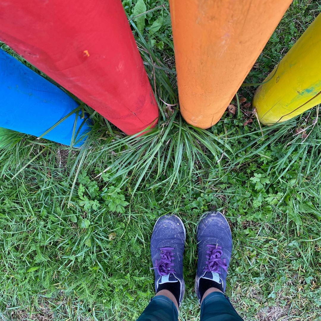 Schuhe auf Gras vor Säulen