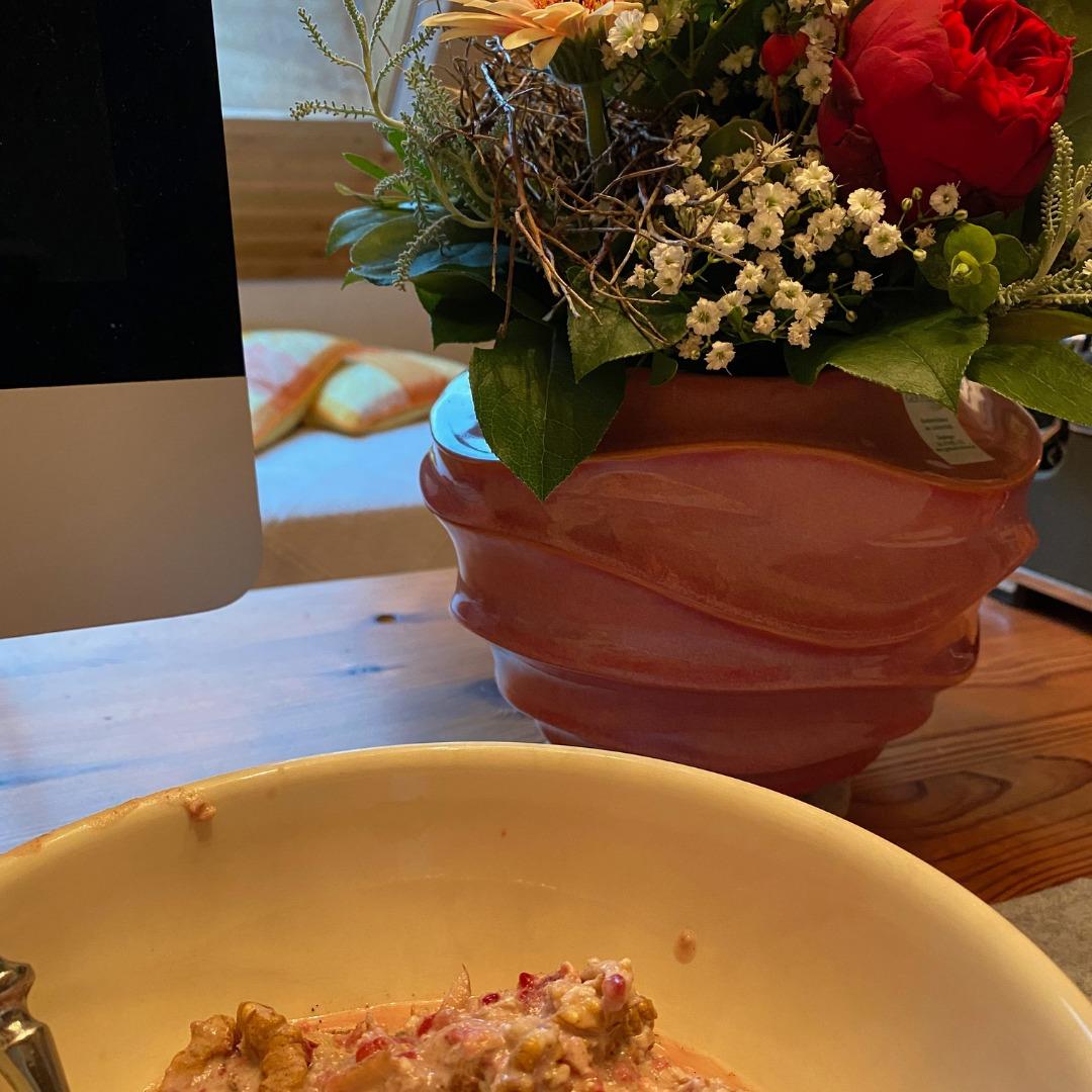 Müsli und Blumenstrauß